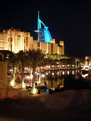 Krásně nasvícený Burj Al Arab v pozadí