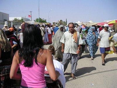 Mumraj turistů i místních na trhu