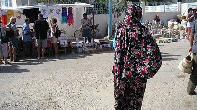 Tunisanka v pestrobarevné galábii