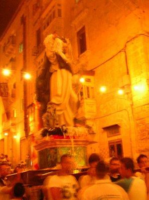 Průvod muzikantů, lidí a ministrantů nesoucích sochu svatého