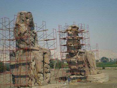 Memnonovy kolosy - Bohužel s lešením. (nahrál: lovenka13-Bára)