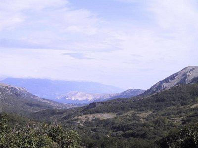 o. Krk - Baška - Výhled do Bašké kotliny, v pozadí pevnina s Velebitem (nahrál: iva2709)