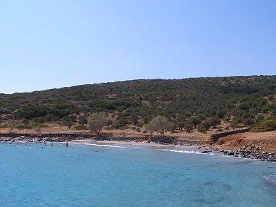 Pláž na ostrůvku - Pláž, kde turisté čekají na oběd. Zhruba za 2 hodiny je barbeque hotové. Přes kopec lze dojít do Eloundy (nahrál: Joanna)