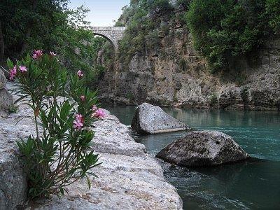 Köprülü kaňon - Antický kamenný obloukový most klenoucí se 35 m nad hladinou řeky Köprü (nahrál: Karel STIEBITZ)