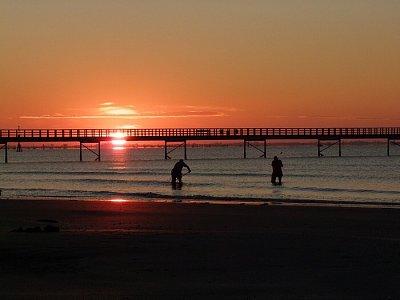Východ slunce - Při východu slunce je v moři spousta sběračů. V pozadí je dominanta - molo (nahrál: JaFi)