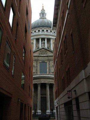 St. Paul\'s Cathedral - pohled z uličky (nahrál: admin)