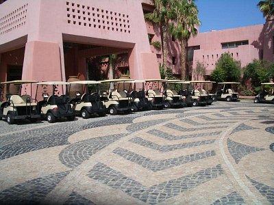 Tenerife - okolo hotelu se pohybujete v takovýchto autíčkách,pěšky se nechodí (nahrál: mikyky)