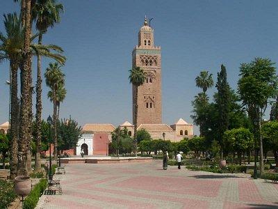 Koutoubia - Minaret této mešity je téměř sedmdesát metrů vysoký, za jasného rána viditelný na míle daleko a je také nejstarší a nejzachovalejší ze tří velkých  Almohadských věží (další jsou Hassanova věž v Rabatu a Giralda v Seville). Jeho proporce - šířka k výšce 1:5 - daly základ klasickému marockému designu. Jeho velikost je výjimečná a čím déle tu zůstanete a zvyknete si na něj, tím vyjímečnější vám bude připadat. Práce na minaretu pravděpodobně začaly krátce po dobytí města Almohady kolem roku 1150 a byly dokončeny sultánem Yacoubem El Mansourem (1184 - 1199). Minaret má mnohé rysy, později rozšířené v celé marocké architektuře - široký pruh keramické mozaiky u vrcholu, pyramidální zoubkovaný merlon (cimbuří), vyrůstající z vrcholu, užití darj w ktarf (motiv tváře a ramene) a dalších motivů - a také zde bylo zavedeno střídavé zdobení na jednotlivých průčelích. (nahrál: Petr Kubík)