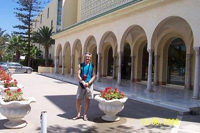 Hotel Marhaba - Manžel před hotelem. (nahrál: kůzlenka)