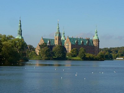 Frederiksborg - Frederiksborg Castle is located in the middle of Hillerød on three islands in the castle lake. The oldest parts of the castle were built in 1560 by King Frederik II and the castle is named after him.  (nahrál: Veronika)