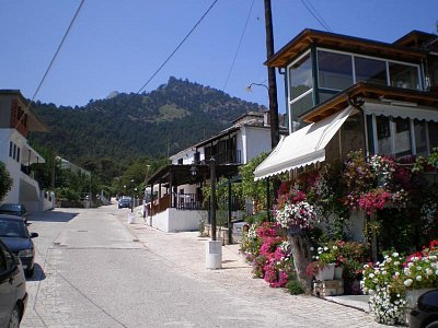 Panagia - vesnička v horách Ipsário (nejvyšší hora Ipsário cca 1200m) - Malebná vesnička v pohoří Ipsário. Vyrábí se zde olivový olej a med s různými přísadami (ovoce,ořechy). Na 1 l oleje je třeba 5 kg oliv,lisují se i s peckami. Strom rodí 1x ročně cca 40kg oliv. Červenec - srpen 2008 (nahrál: Dášulka)