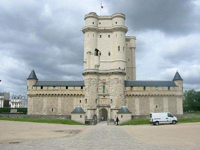 CHÂTEAU DE VINCENNES - 5 min. pěšky od stanice R.E.R. Vincennes se nachází jedna se tří fr. národních památek, původní sídlo fr.králů. Věž (hrad) je obklopen rozsáhlým areálem novějších zámeckých budov a parkem. Vstup jen do hradu a kaple.  (nahrál: tomr)