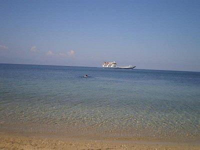 Skala Prinos - klidné moře a v dálce trajekt (nahrál: šárka)