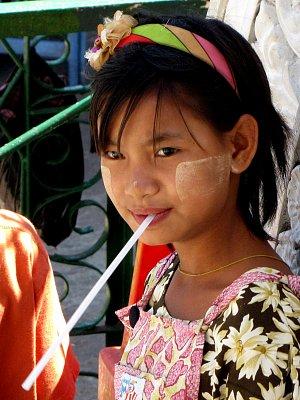 SHWEDAGONSKÁ PAGODA v YANGONU - MYANMAR 2012