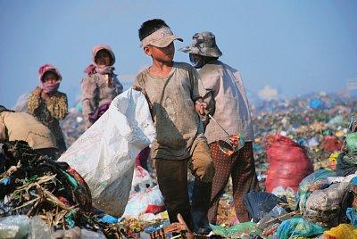 Pro majitele výkupny odpadu jsou děti levnější, takže místo školy chodí pracovat na skládku. (nahrál: Bohumil Prazský)